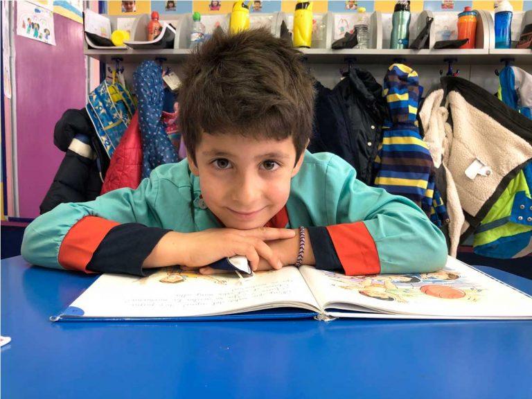Alumno de infantil en actividad de lectoescritura