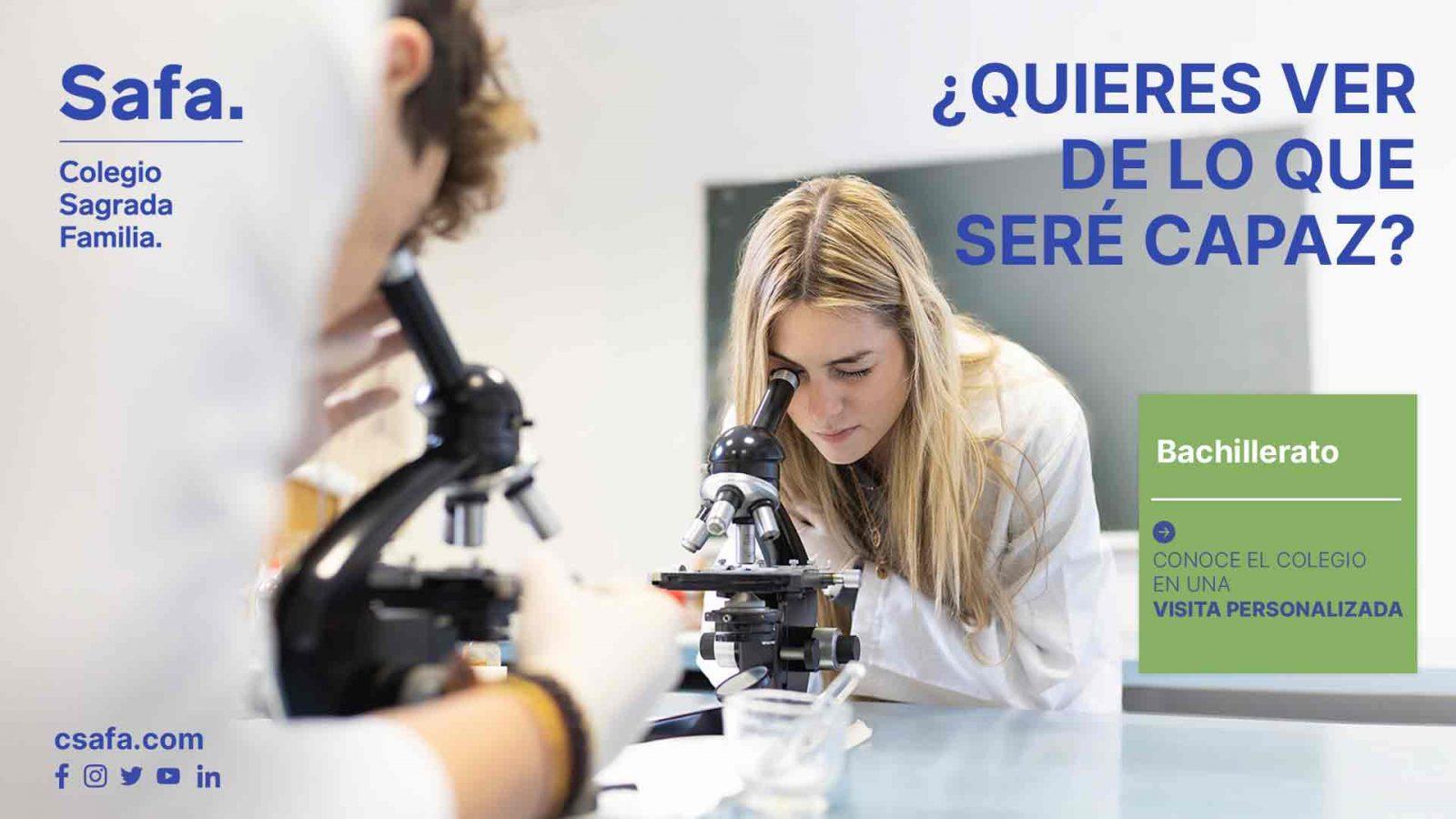 Campaña curso 21-22 alumna con un microscopio