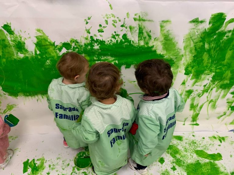 Alumnos de aula 2 años experimentando con pintura de color verde