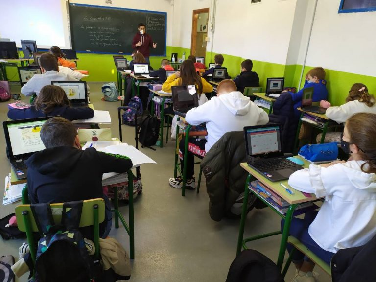 Alumnos de primaria en clase con Chromebooks