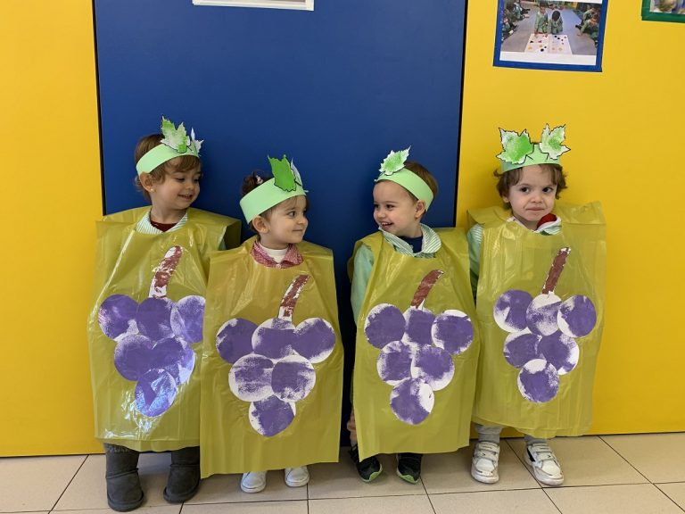 Celebrando el carnaval los alumnos de infantil: uvas