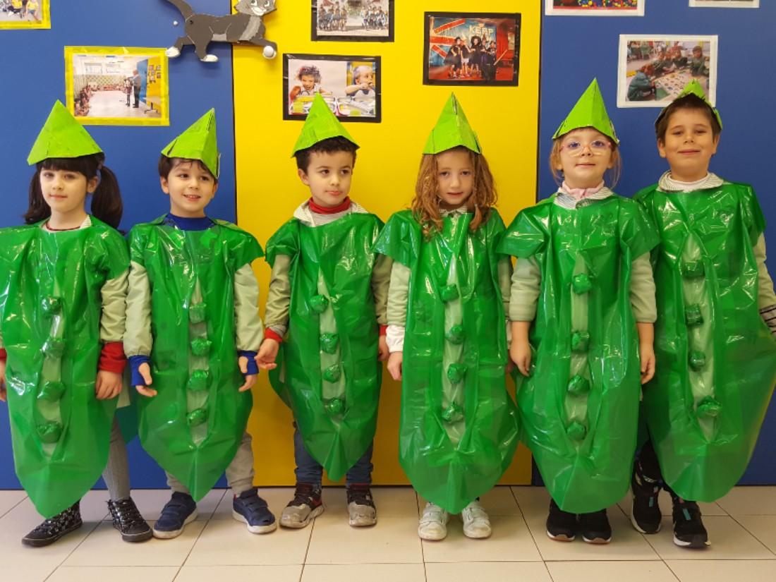 Celebrando el carnaval los alumnos de infantil: guisantes