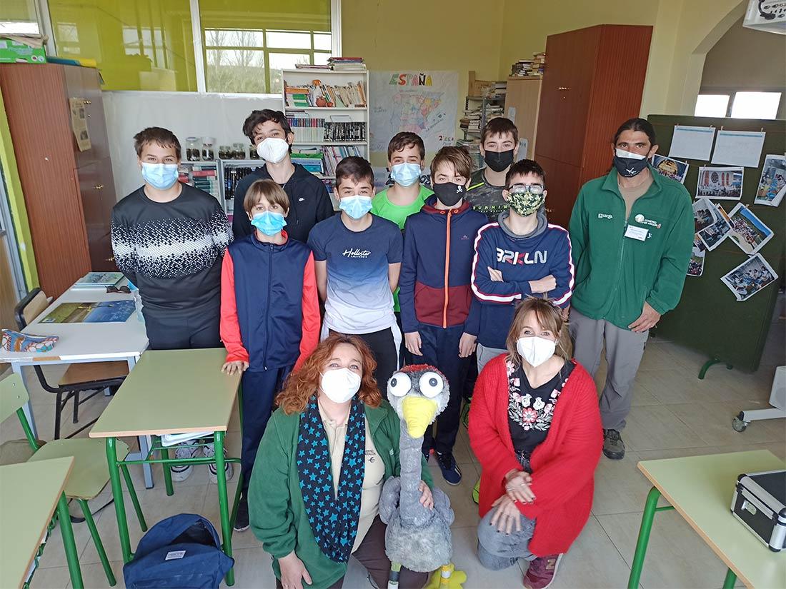 Grupo de alumnos del proyecto Grullas posando con la grulla se peluche Josefina